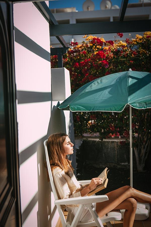 chica leyendo en los bungalows mar azul playa lanzarote