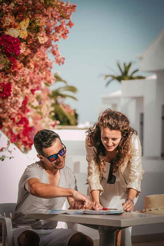 pareja en una mesa de mar azul playa alnzarote